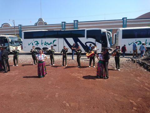 데킬라 역에서 일행을 맞으며 공연하는 마리아치 밴드