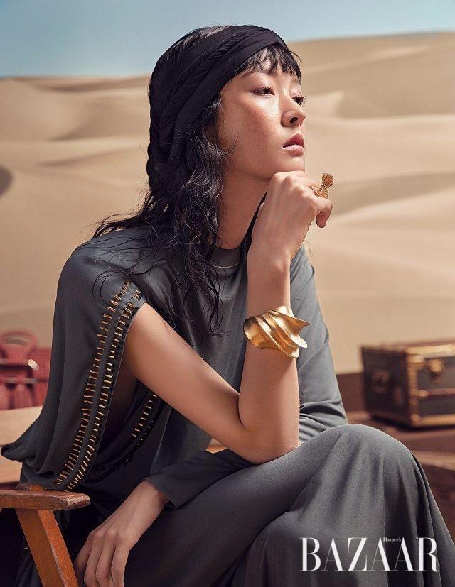 메탈 디테일의 드레스, 뱅글은 모두 Louis Vuitton 제품.