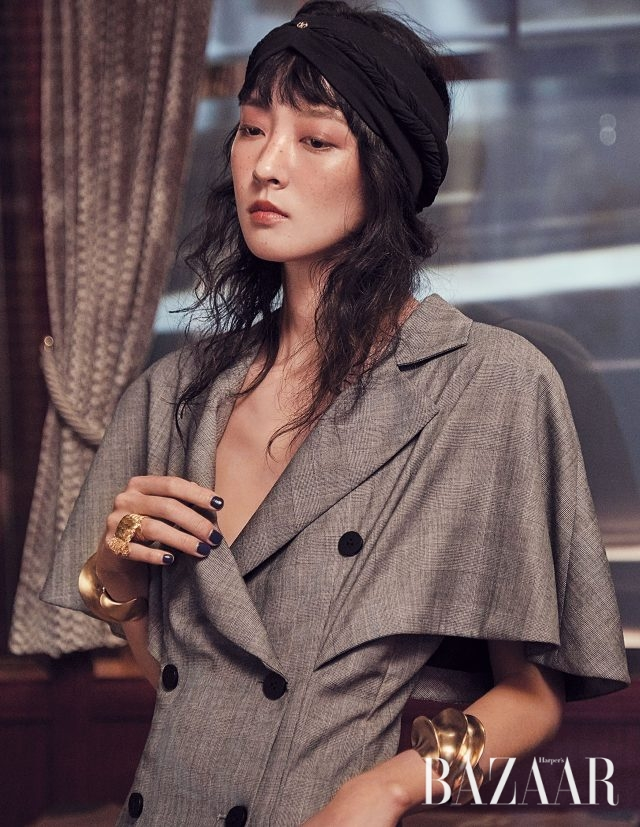 케이프 코트, 뱅글은 모두 Louis Vuitton 제품.