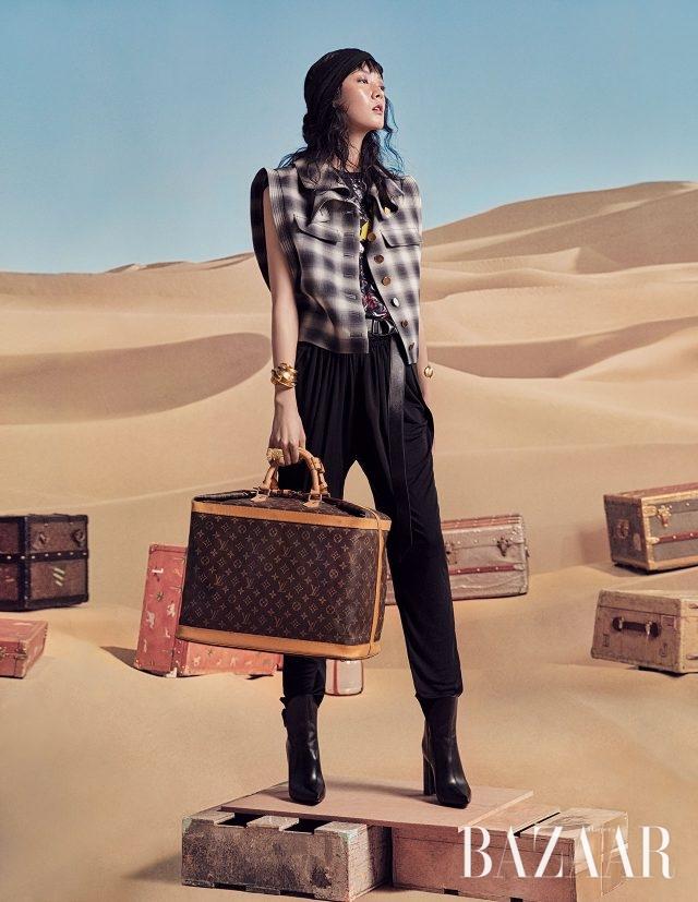 체크 베스트, 프린트 티셔츠, 하렘팬츠, 앵클부츠, 사각 트렁크는 모두 Louis Vuitton 제품.