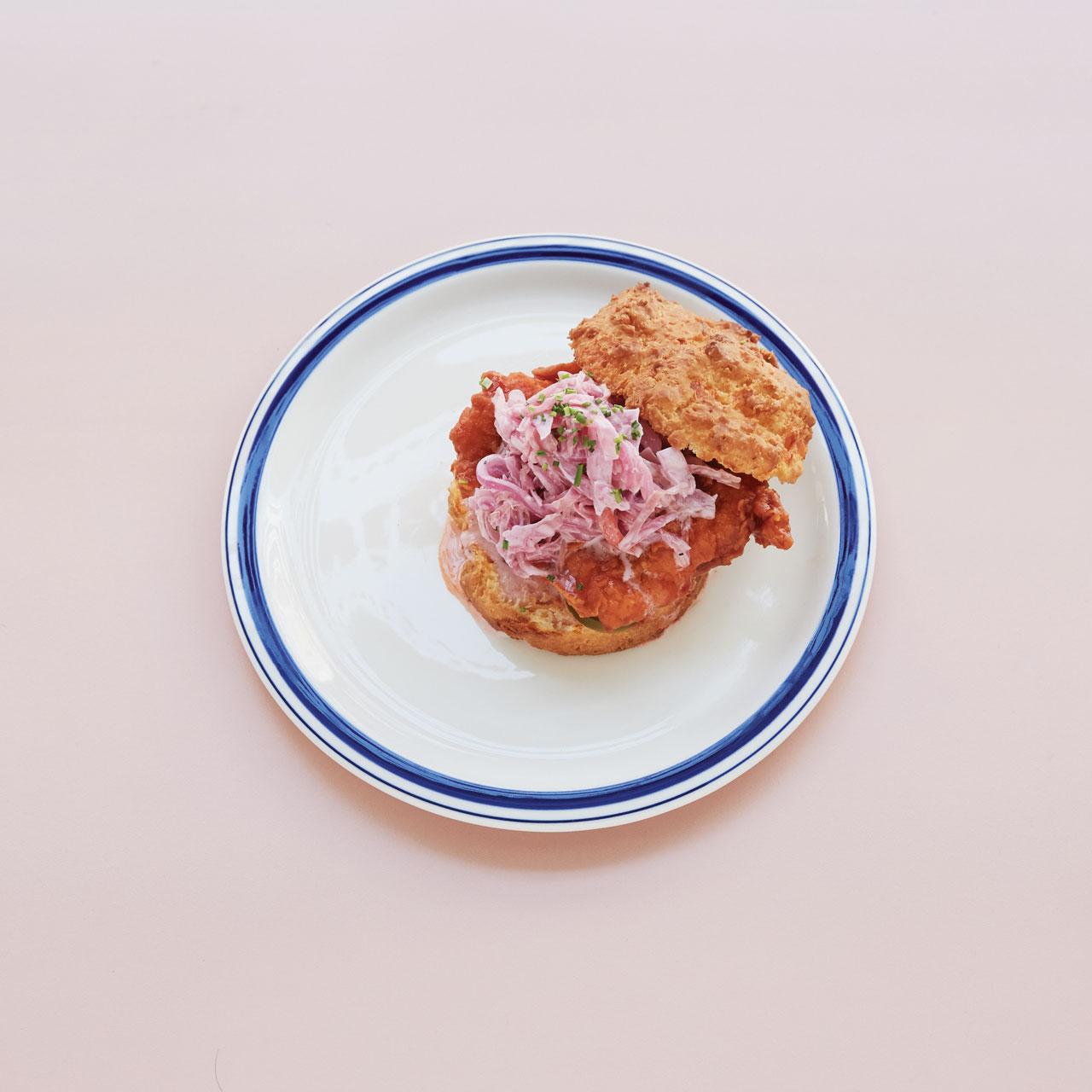비스킷 사이에 매콤한 치킨과  랜치콜슬로를 올린 '내슈빌 핫'