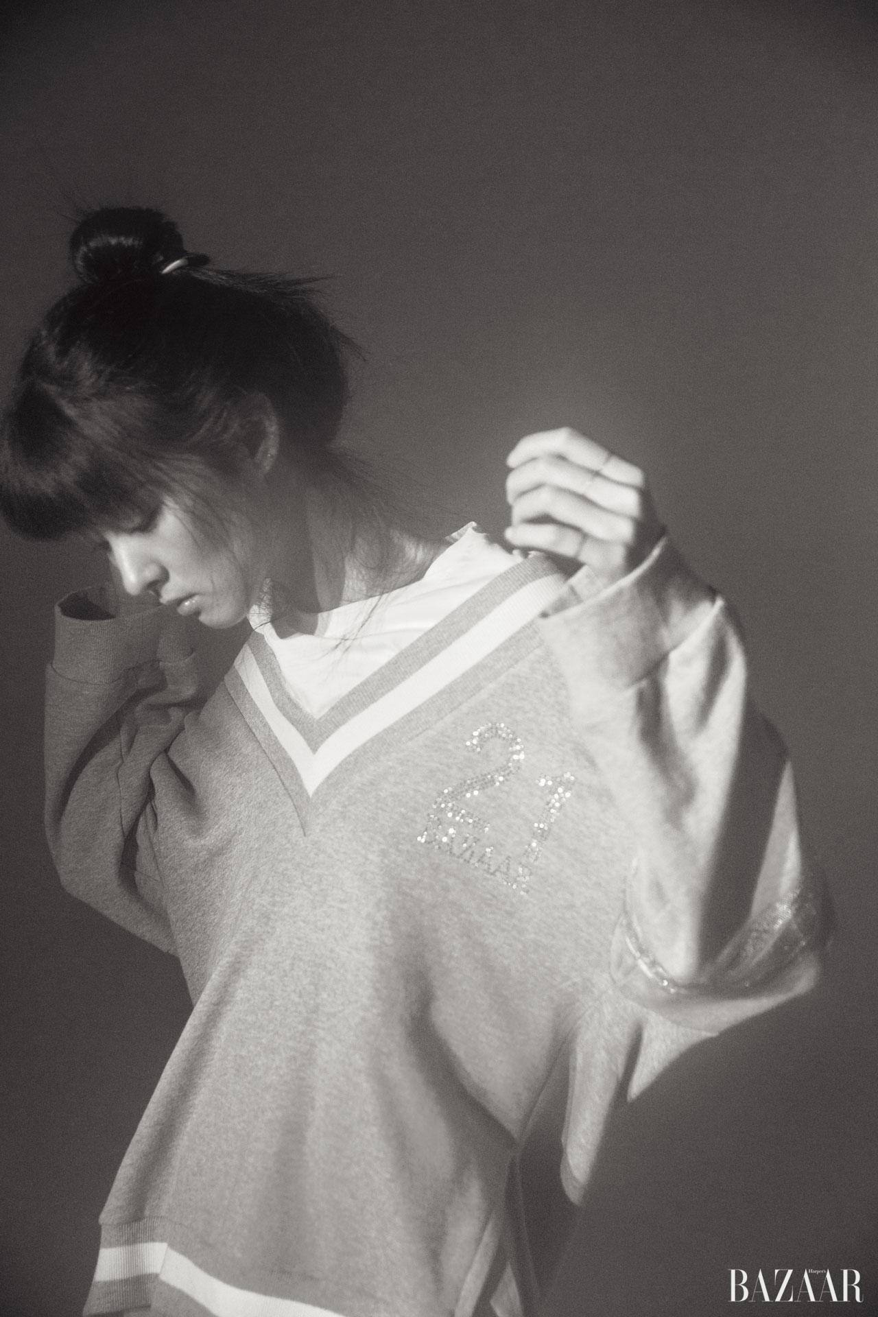 V넥 스웨트셔츠를 레이어드한 듯한 디자인의 티셔츠는 JINTEOK 제품.