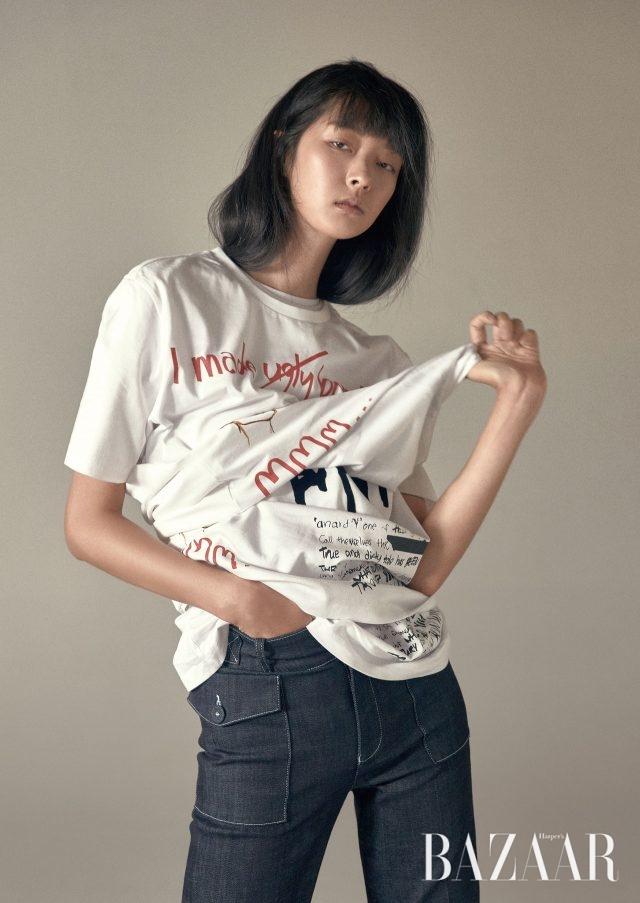 로고와 슬로건을 그래피티처럼 표현한 티셔츠는 Customellow, 포켓 디테일의 데님 팬츠는 55만원으로 Victoria Victoria Beckham by BOONTHESHOP 제품.