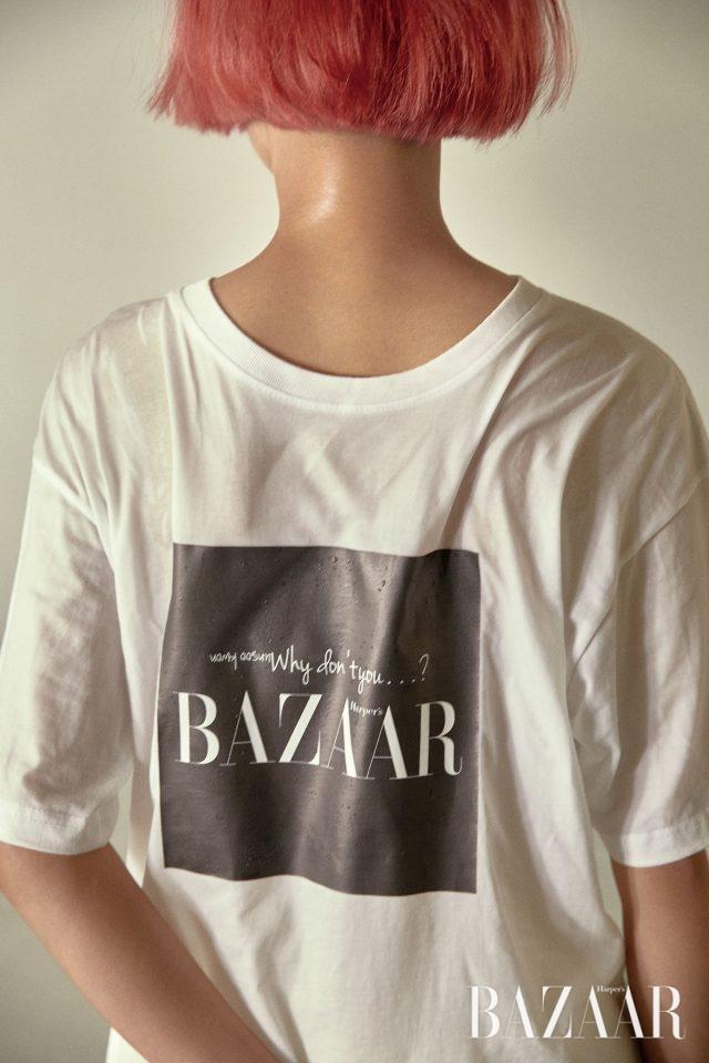뒤집어 입은 것 같은 독특한 디자인의 티셔츠는 87MM 제품.
