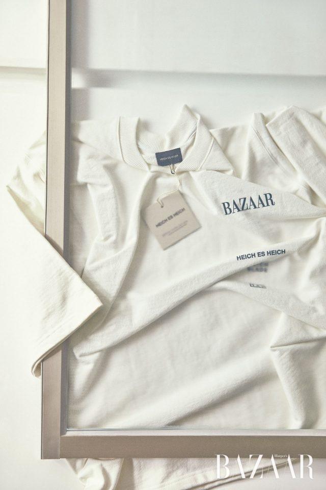 뒷면에는 의 슬로건을 새기고 앞면은 모던하게 디자인한 티셔츠는 Heich Es Heich 제품.