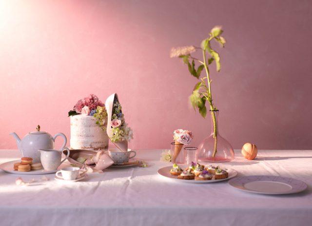스틸레토 힐은 Dior, 은방울꽃이 그려진 티포트 세트, 카나주 패턴의 커피잔 세트와 플레이트, 나무 재질의 커틀러리, 투명한 핑크빛 유리 재질의 글라스와 저그는 모두 Dior MAISON 제품.