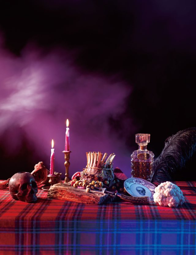 해골 그림이 프린팅된 접시는 Melody Rose by Lonpanew 제품.