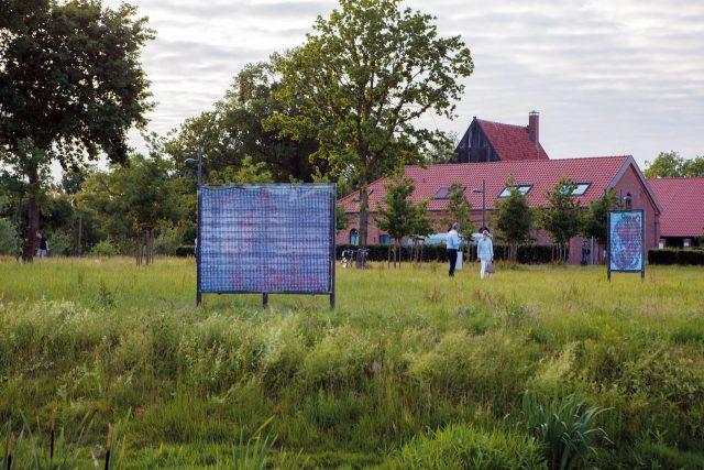 뉴욕 기반 아티스트 아이 아라카와의 작품 'Harsh Citation, Harsh Pastoral, Harsh Münster'는 평화로운 초원 위에 있다. 작가의 친구들이 그린 7개의 현존하는 그림을 LED 콜라주 작품으로 재탄생시킨 작품. 다른 작품들에 비해 다소 먼 곳에 있지만, 결코 방문을 후회하지 않을 자연환경이 기다리고 있다.