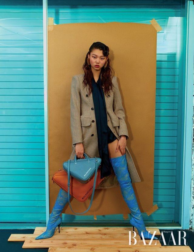 아워글라스 실루엣의 코트, 실크 블라우스, 삼각형 백, 레이스 부츠는 모두 Balenciaga 제품.