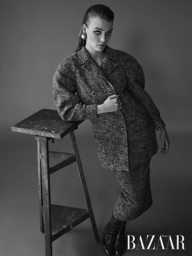 칼라와 소맷단에 비즈 장식을 더한 재킷, 미디 스커트, 진주 귀고리, 페이턴트 레더가 믹스된 앵클부츠는 모두 Chanel Haute Couture 제품.