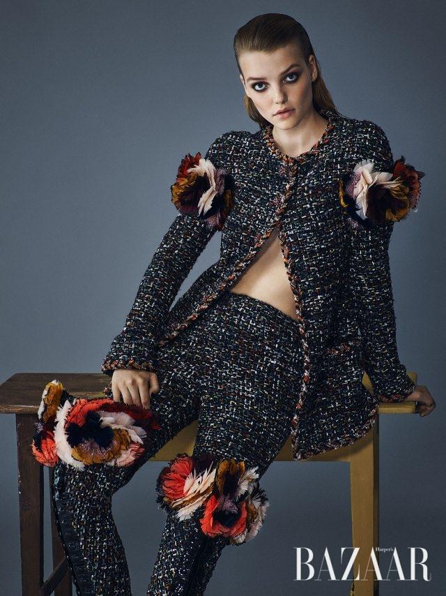 소매 부분에 깃털 장식을 더한 트위드 재킷, 팬츠, 재킷과 짝을 이루는 깃털 장식의 사이하이 부츠는 모두 Chanel Haute Couture 제품.