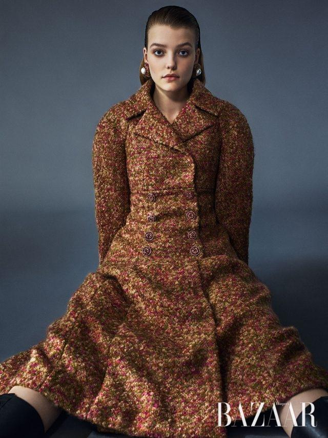 구조적인 어깨 라인이 돋보이는 트위드 재킷, A라인 스커트,진주 귀고리는 모두Chanel Haute Couture 제품.