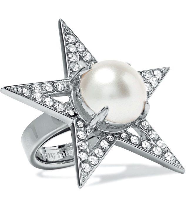 진주 장식이 더해진 별 모티프 반지는 40만원대로 Miu Miu