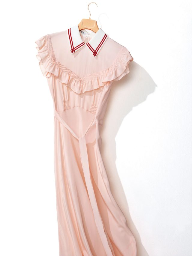니트 소재 칼라와 러플 디테일이 돋보이는 실크 드레스는 2백40만원대로 Miu Miu
