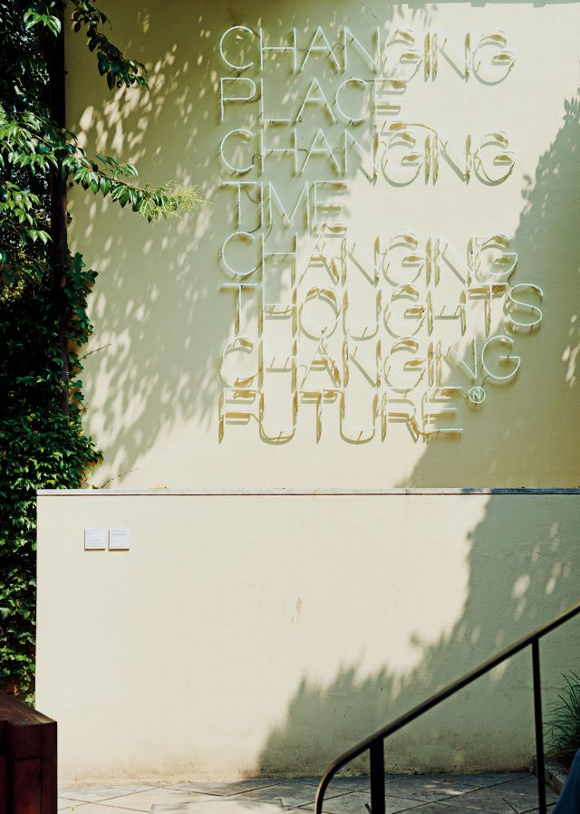페기 구겐하임 미술관 정원에 설치된 마우리치오 난누치(Maurizio Nannucci), 'Changing Place, Changing Time, Changing Thoughts, Changing Future', 2003