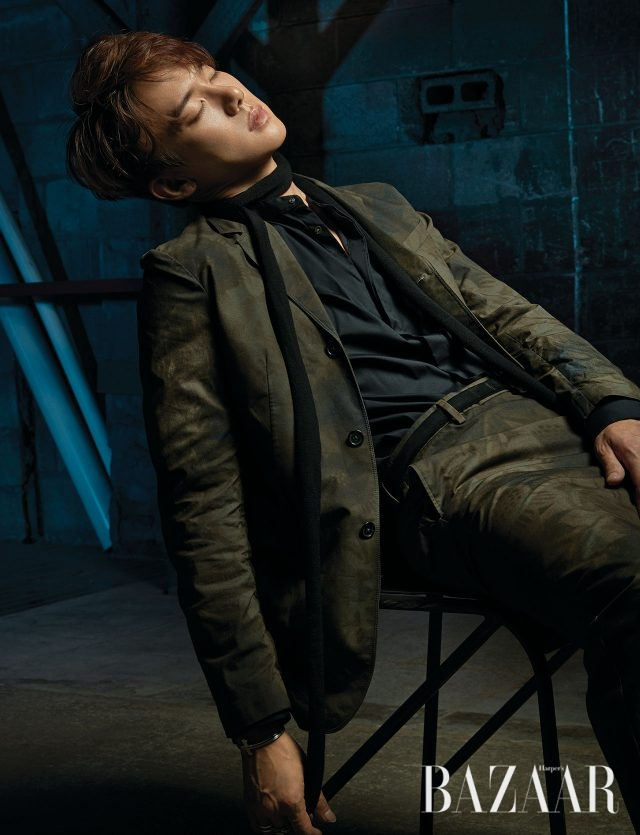 프린트 재킷과 팬츠는 모두 Jil Sander, 셔츠와 스카프는 스타일리스트 소장품, 목걸이는Bulletto, 팔찌는 Trencadism,오른손 중지에 낀 반지는 Bulletto, 약지에 낀 반지는 Thomassabo 제품.