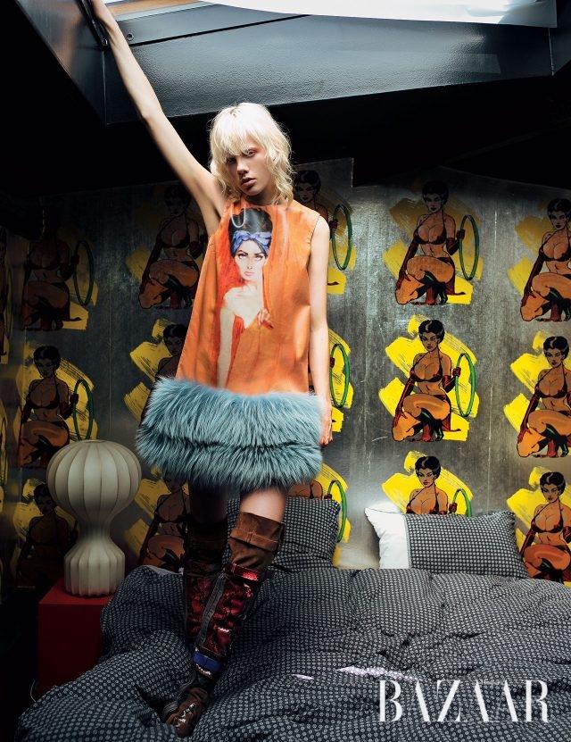 1960년대 영화 포스터를 연상케 하는 일러스트가 돋보이는 드레스, 이그조틱 레더가 믹스된 사이하이 부츠는 모두 Prada 제품.