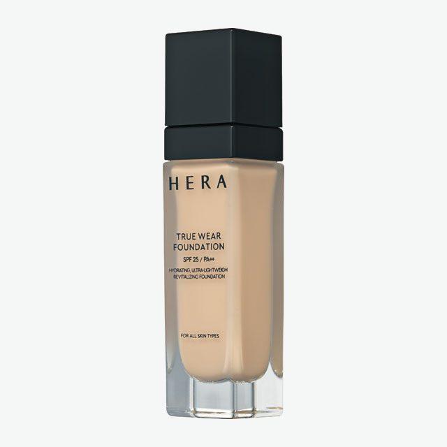Hera 트루 웨어 파운데이션 SPF25/ PA++ 세럼처럼 촉촉한 파운데이션. 피부에 쫀쫀하게 밀착되며 자연스럽게 마무리된다. 6만5천원.