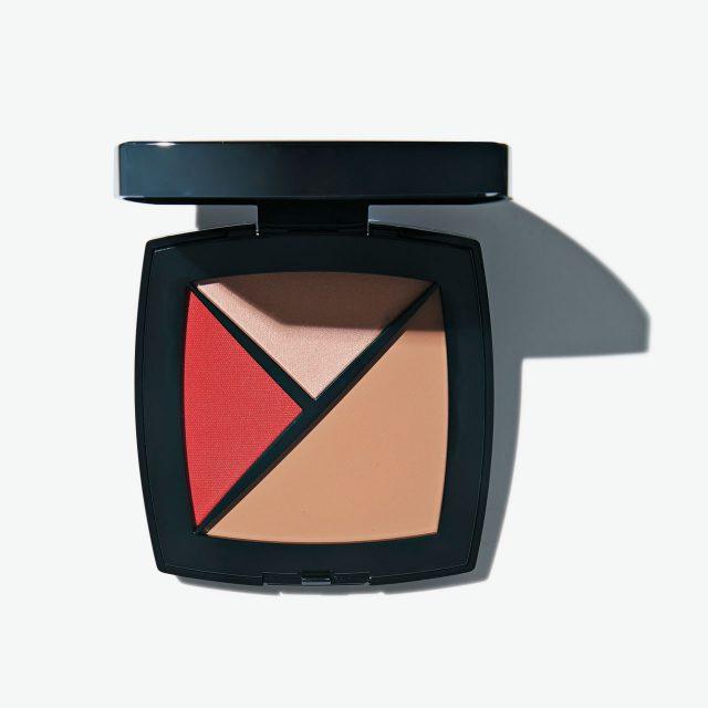 Chanel 팔레트 에쌍씨엘 컨실러 밤, 하이라이터, 립 & 치크의 멀티 블러셔가 한데 담겨 얼굴에 자연스럽고 건강한 생기를 불어넣어준다. 170 베쥬 엥땅스, 8만4천원.