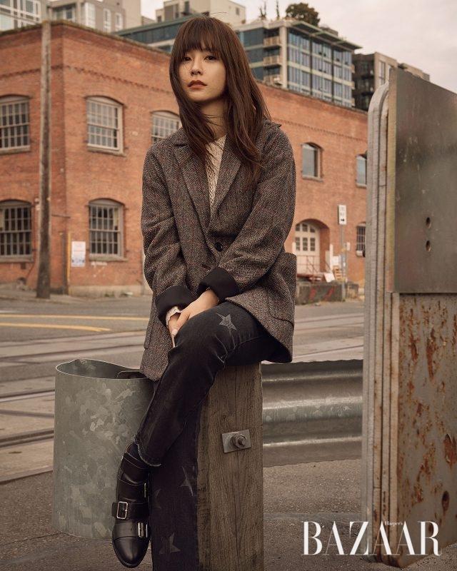 울 재킷은 59만8천원, 아일릿 블라우스는 39만8천원, 별 패턴의 데님 팬츠는 33만8천원으로 모두 Vanessa Bruno Athe, 스트랩 부츠는 스타일리스트 소장품.