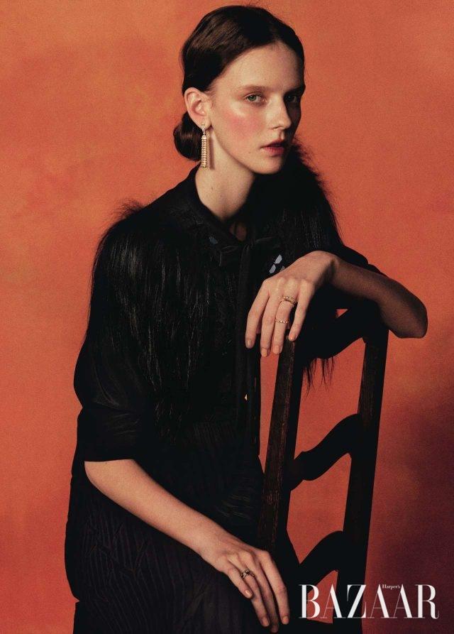 직물의 움직임에서 영감을 받은 '폼폰' 핑크 골드 귀고리는 Boucheron, 오른손 약지에 착용한 뱀 모티프의 '세르펜티 바이퍼' 반지는 모두 Bulgari, 왼손 약지에 착용한 '바로크' 반지는 모두 Chanel Fine Jewelry, 키다시어 퍼 장식 슬리브가 특징인 드레스는 Bottega Veneta 제품.