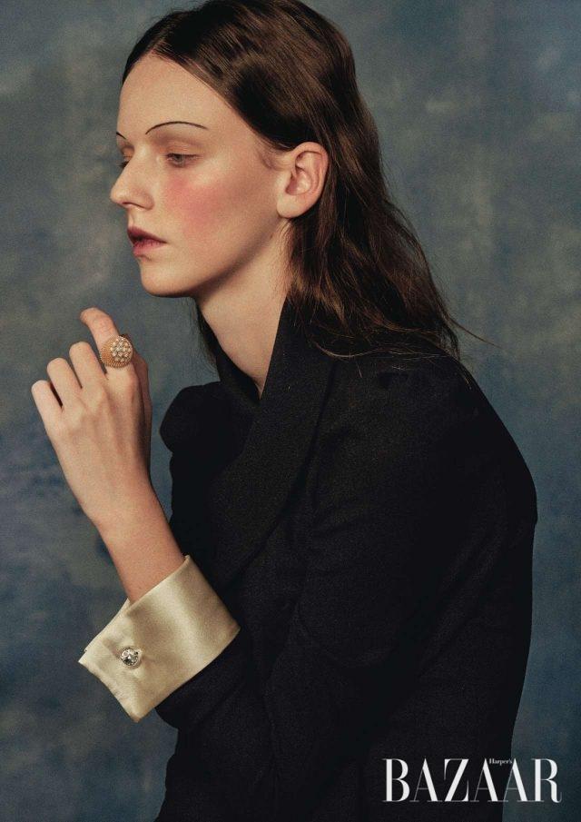 빈틈 없이 빽빽하게 장식된 가시 디테일이 풍성한 볼륨감을 선사하는 '칵투스 드 까르띠에' 반지는 Cartier, 클래식한 커프스 장식이 돋보이는 드레스는 3백80만원으로 Gucci 제품.