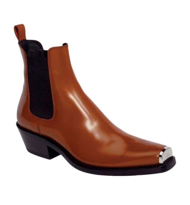 앞 코에 메탈 팁이 더해진 부츠는 가격 미정으로 Calvin Klein 205W39NYC