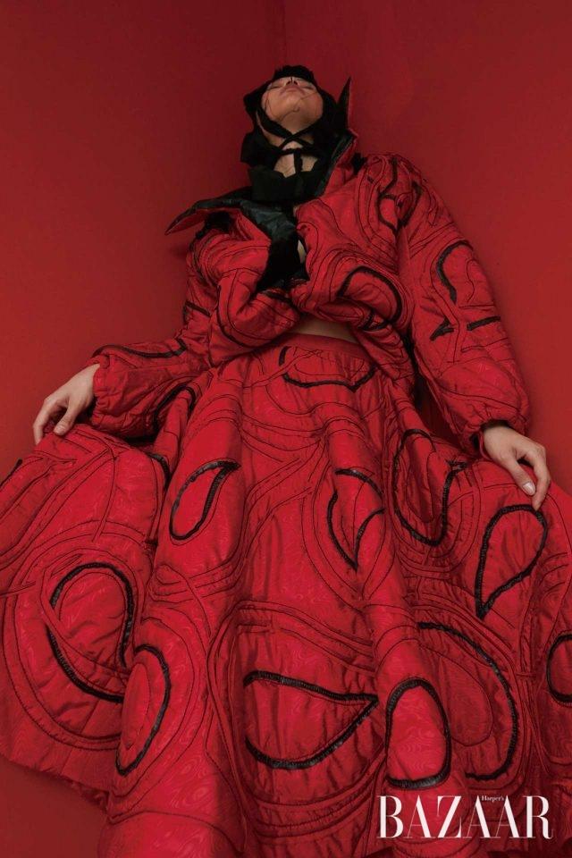 에스닉 페이즐리 레드. 이국적인 페이즐리 패턴의 2003 F/W 시즌 드레스.모델/ 선윤미 헤어/ 박희승 메이크업/ 정수연