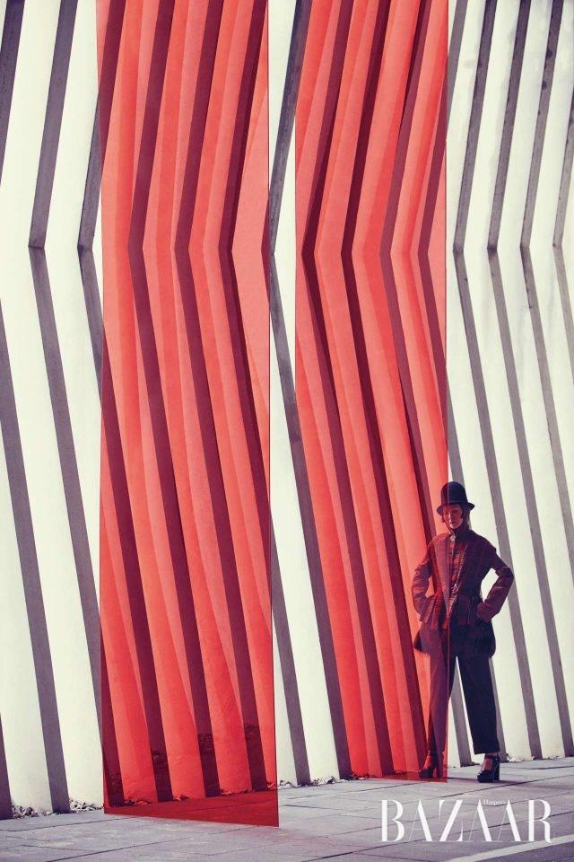 에스닉 묘족. 울, 레더, 퍼, 벨벳, 니트 등 다채로운 소재가 믹스된 2012 F/W 시즌의 팬츠수트.모델/ 이은형 헤어/ 최은영 메이크업/ 이자원