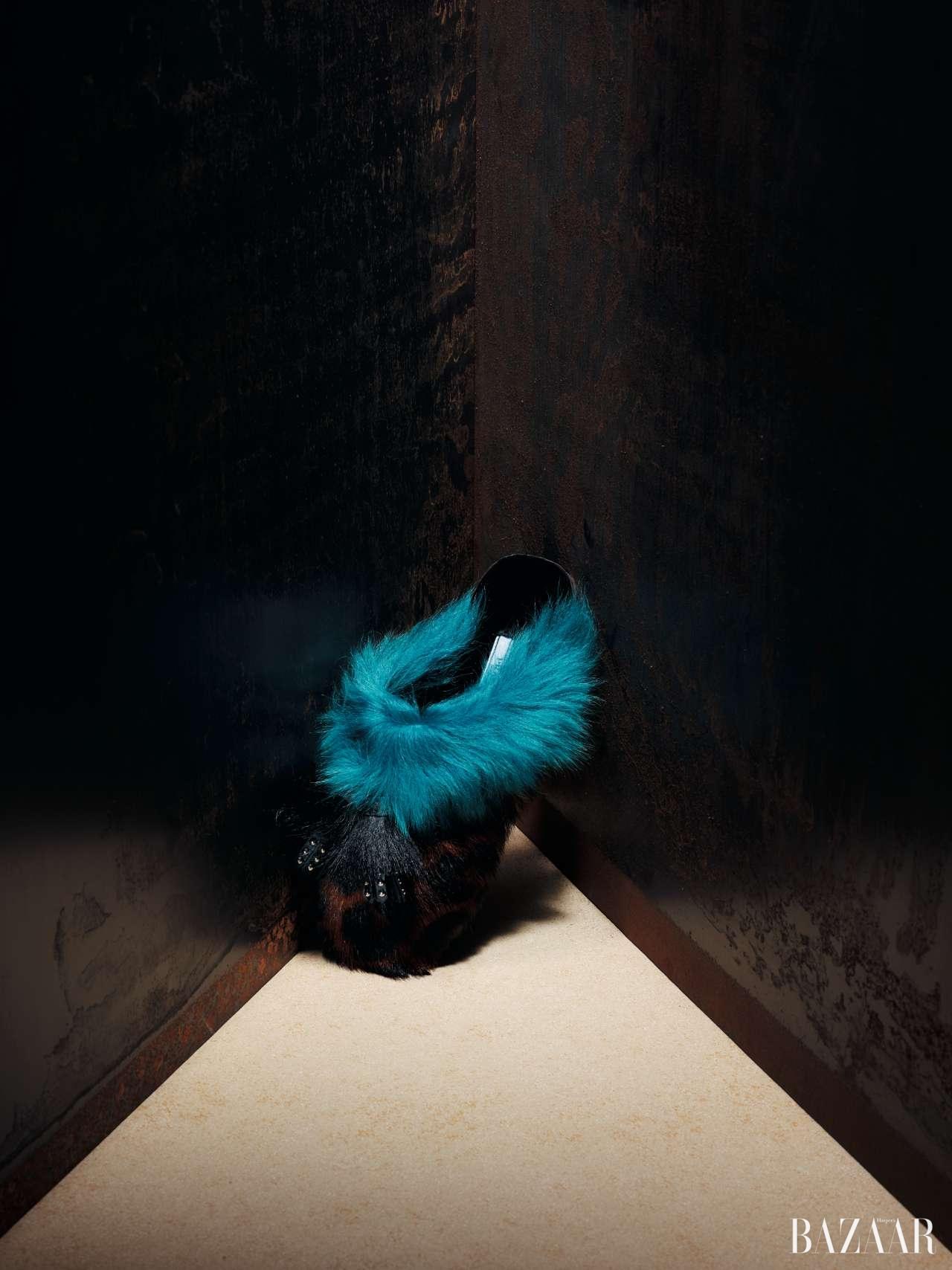 태슬 장식과 레오퍼드, 컬러 포인트 퍼가 귀엽게 조화를 이룬 슬라이드는 1백19만원으로 Prada