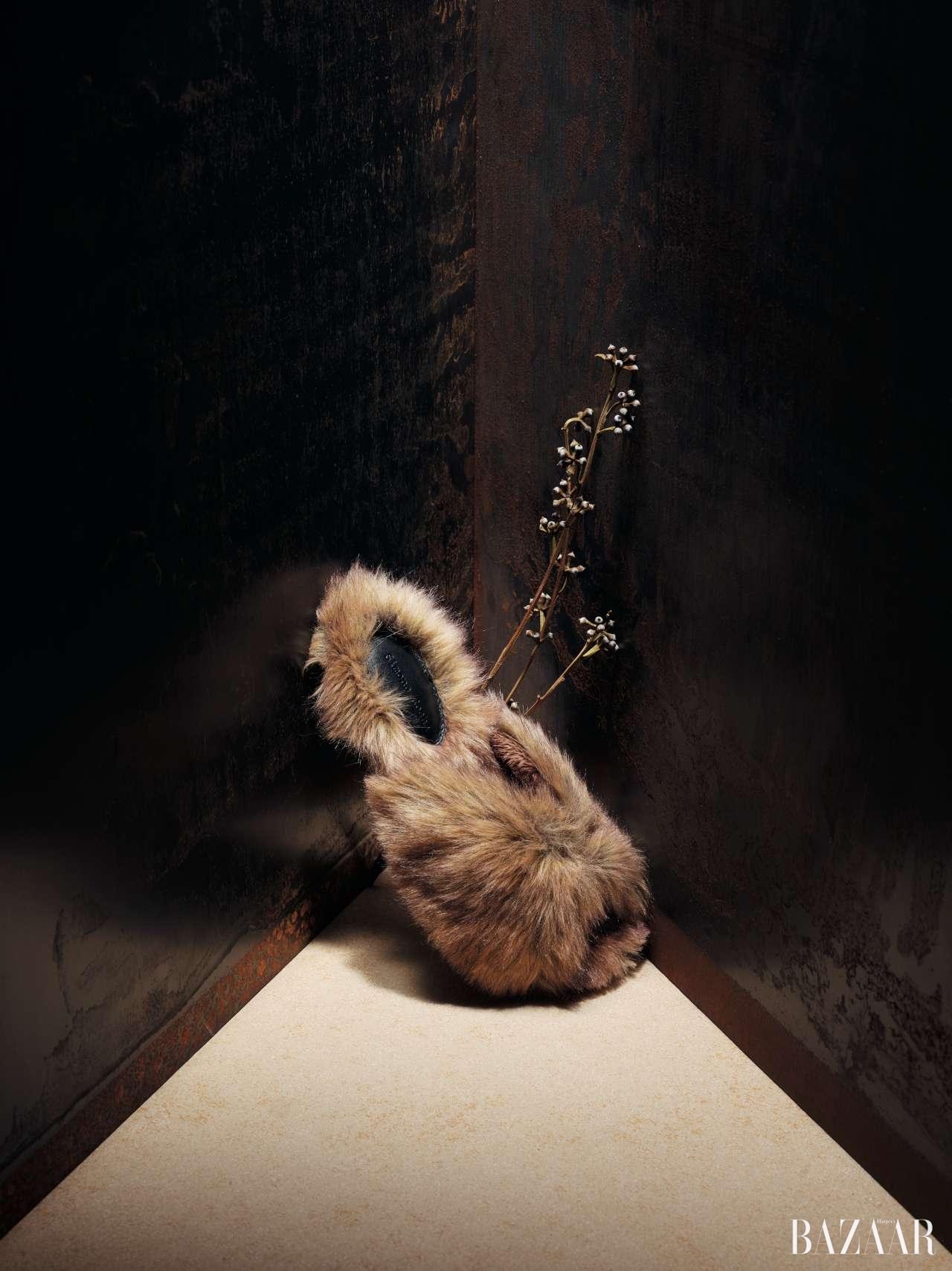 폭신하게 발을 감싸는 디자인의 에코 퍼 슬라이드는 58만원대로 Simone Rocha by Net-A-Porter 제품