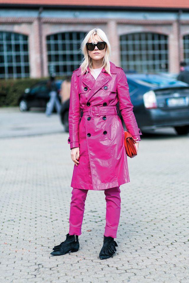 비비드한 핑크 컬러 가죽 재킷과 팬츠에 J.W 앤더슨 액세서리를 매치한 린다 톨.