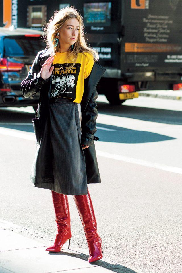 강렬한 레드 컬러 페이턴트 부츠와 가죽 롱 코트, 프린트 티셔츠의 시크한 조화.