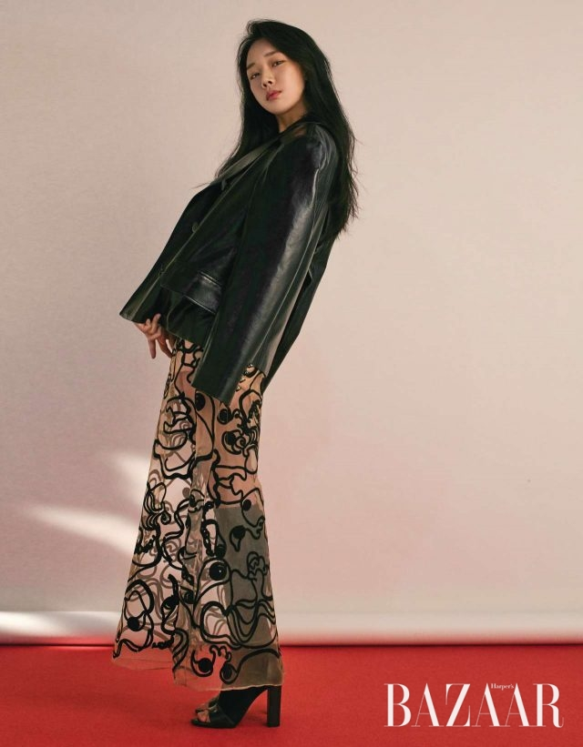 가죽 재킷과 원피스는 모두 Dew E Dew E, 부츠는 Longchamp 제품.