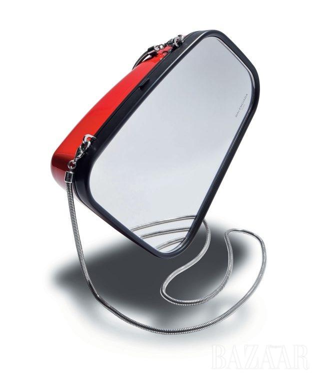 자동차 사이드미러에서 모티프를 얻은 메탈 클러치는 3백12만5천원으로 Balenciaga 제품.