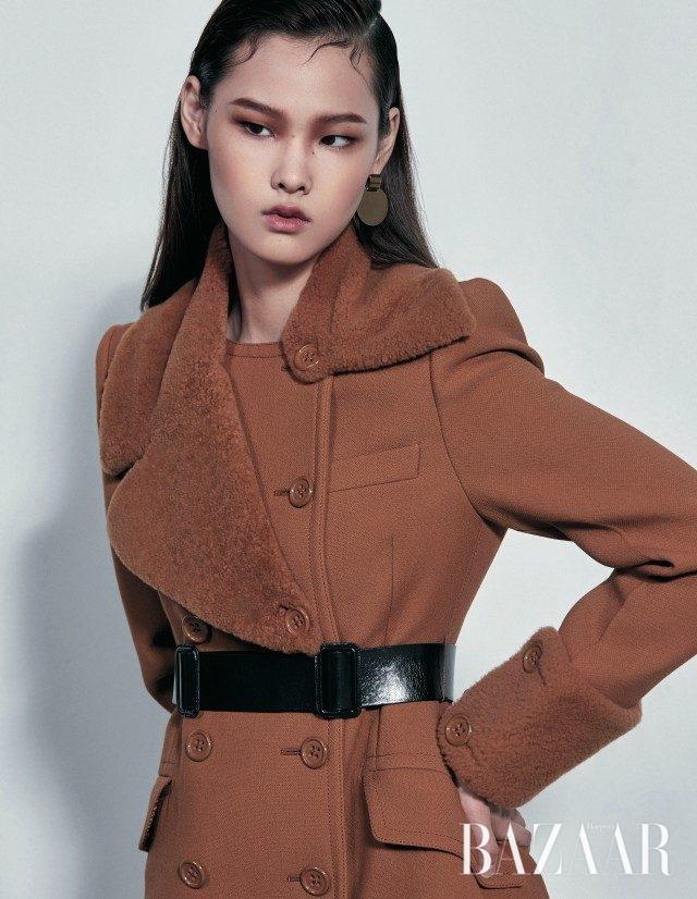 시어링 칼라가 더해진 코트는 5백만원대, 더블 버클 디테일의 벨트는 가격 미정으로 모두 Bottega Veneta, 귀고리는 17만원으로 Aino 제품.