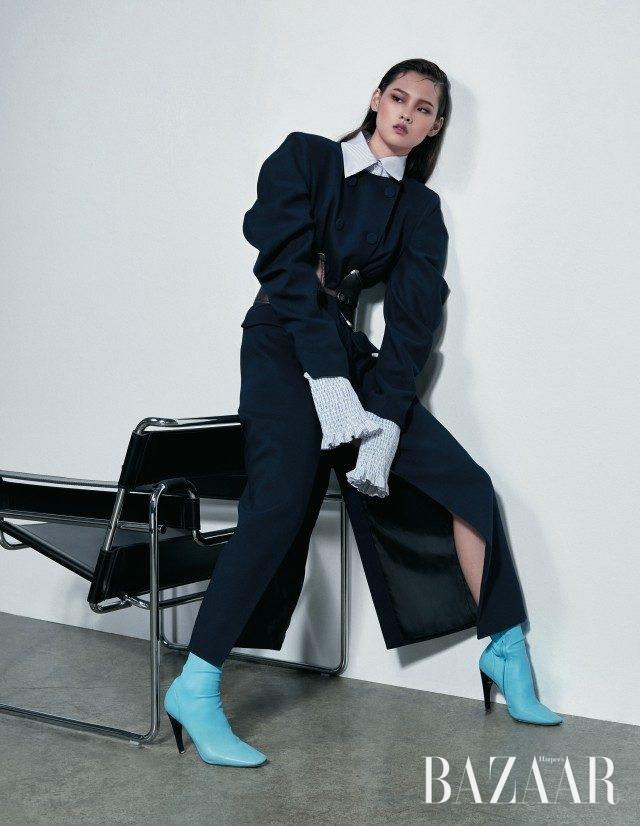 우아한 슬리브 실루엣이 특징인 코트는 98만원, 러플 디테일의 롱 슬리브 셔츠는 52만원으로 모두 YCH, 코르셋 모티프의 와이드 벨트는 1백만원대로 Bottega Veneta, 앵클부츠는 가격 미정으로 Nina Ricci 제품.