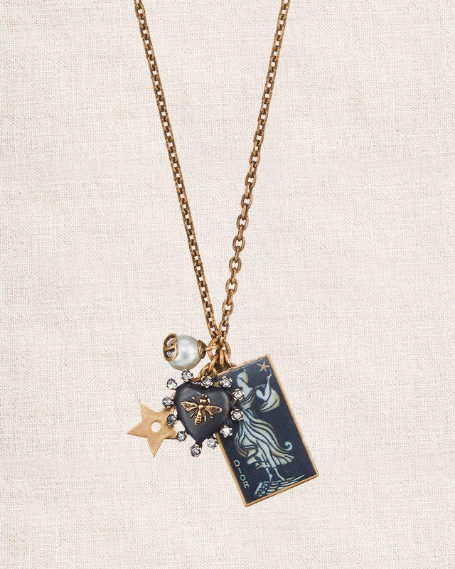 타로 카드를 연상케 하는 펜던트가 돋보이는 목걸이는 가격 미정으로 Dior
