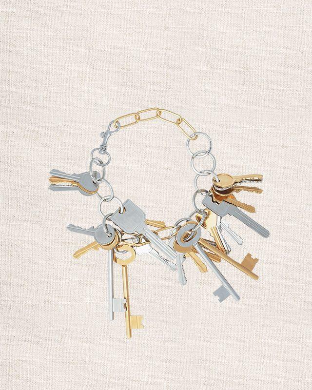 다채로운 열쇠가 달린 키치한 무드의 목걸이는 가격 미정으로 Balenciaga
