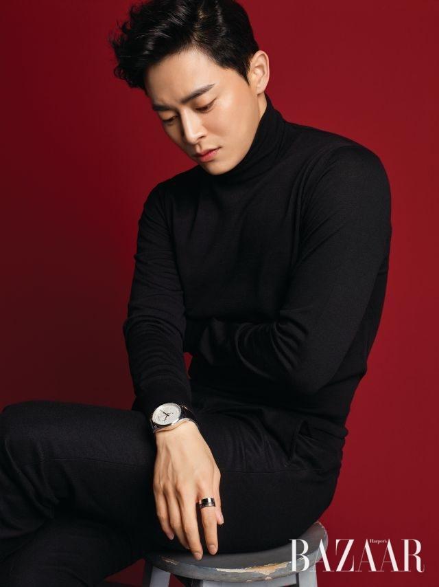 터틀넥 톱은 Lardini, 팬츠는 Calvin Klein, 가죽 시계와 반지는 모두 Calvin Klein Watches & Jewelry 제품.