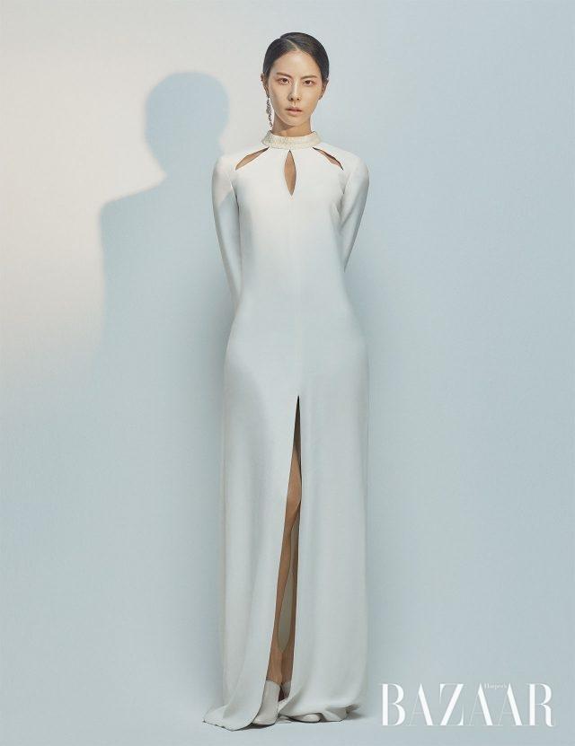 드레스는 21Defaye, 귀고리는 Tani by Minetani, 슈즈는 Rachel Cox 제품.