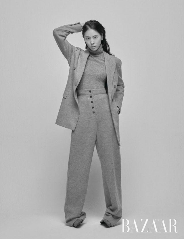 터틀넥, 슬랙스, 재킷은 모두 Stella McCartney, 앵클부츠는 Stuart Weitzman 제품.
