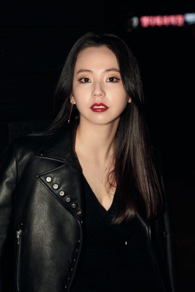 붉은 립스틱이 돋보이는 안소희.