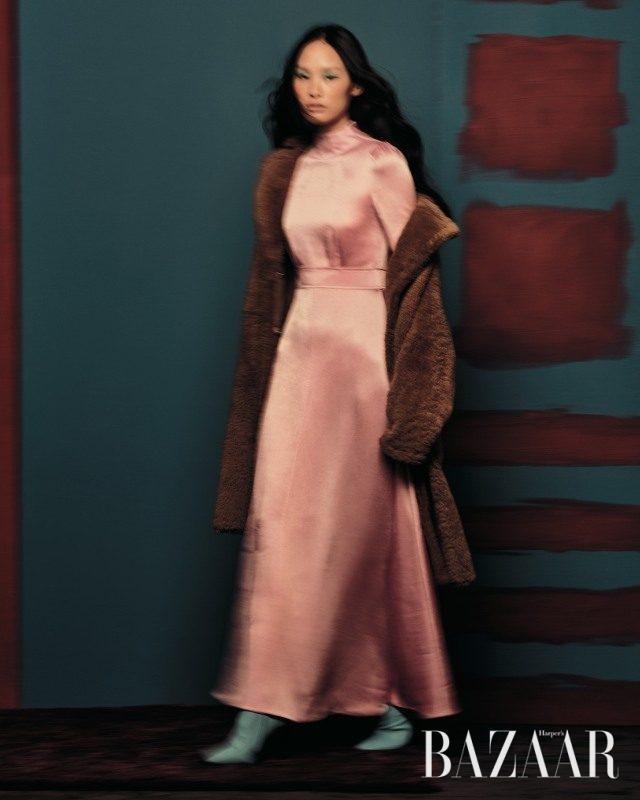 시어링 퍼 코트는 4백60만원으로 Yves Salomon, 실크 소재의 맥시 드레스는 3백36만원으로 Valentino, 스틸레토 앵클부츠는 Nina Ricci 제품.