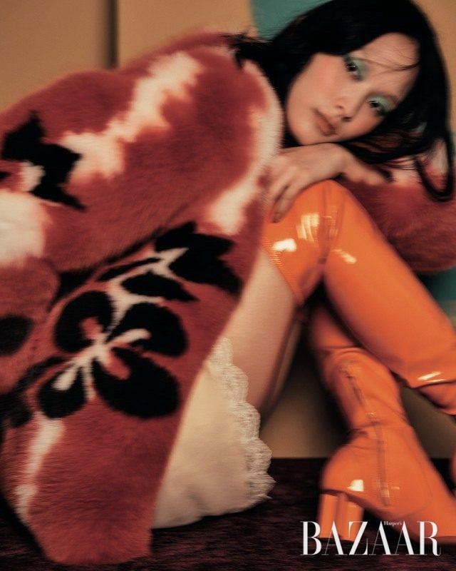 플라워 패턴이 가미된 폭스 퍼 코트는 1천9백80만원으로 Blumarine, 이너로 입은 슬립 드레스는 Chloé, 페이턴트 사이하이 부츠는 2백만원대로Louis Vuitton 제품.
