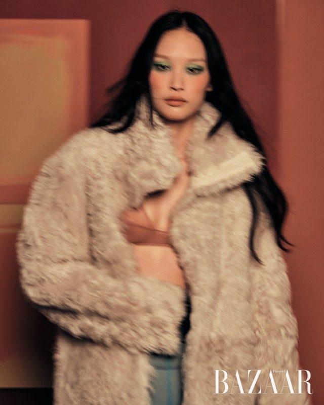 양털 소재의 리버서블 코트는 4백60만원으로Yves Salomon,시스루 브라 톱은 5만9천원으로 Cos 제품.