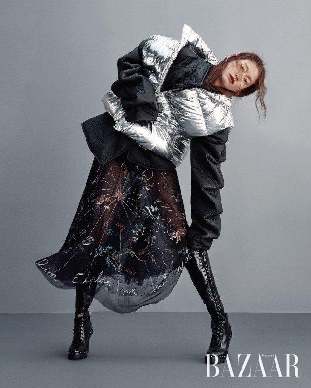 패딩 베스트는 66만원으로 Pushbutton, 조형적인 소매의 패딩 재킷은 70만원대로 A.W.A.K.E by matchesfashion.com, 시스루 스커트, 쇼츠는 모두 가격 미정으로 Dior, 레이스업 부츠는 가격 미정으로 Valentino 제품.