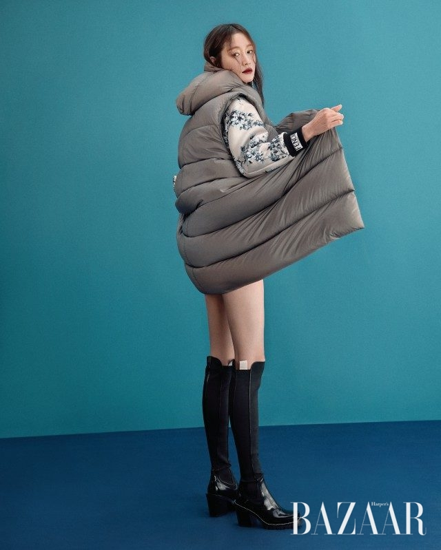 패딩 베스트는 2백48만원으로 Rick Owens, 플라워 자수 장식 블루종은 가격 미정으로 Fendi, 롱 부츠는 가격 미정으로 Louis Vuitton 제품.