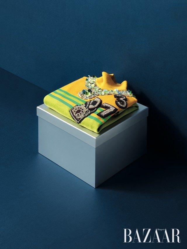 장식적인 요소가 가미된 캐주얼한 터틀넥 톱은 2백60만원대로 Miu Miu 제품.