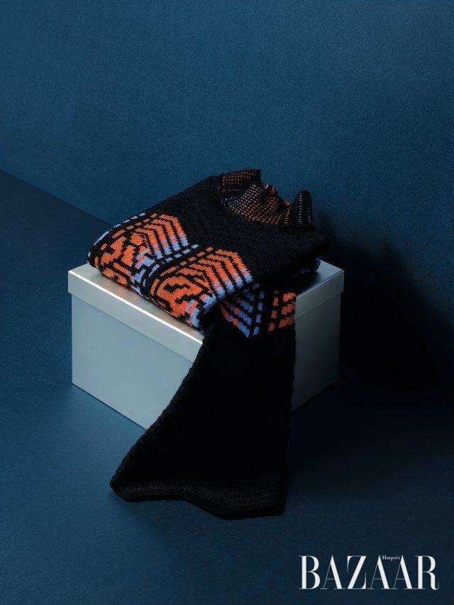 그래피컬한 패턴의 벨 슬리브 톱은 1백53만원으로 Peter Pilotto by BOONTHESHOP 제품.